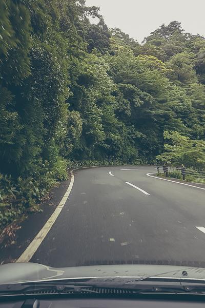 På väg upp i bergen på smala slingrande vägar.