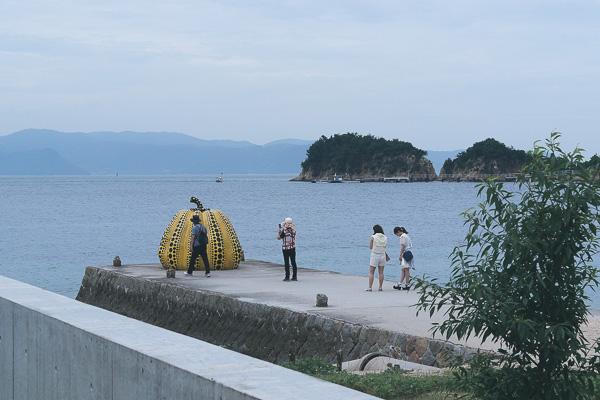 Yayoi Kusamas pumpa på Naoshima